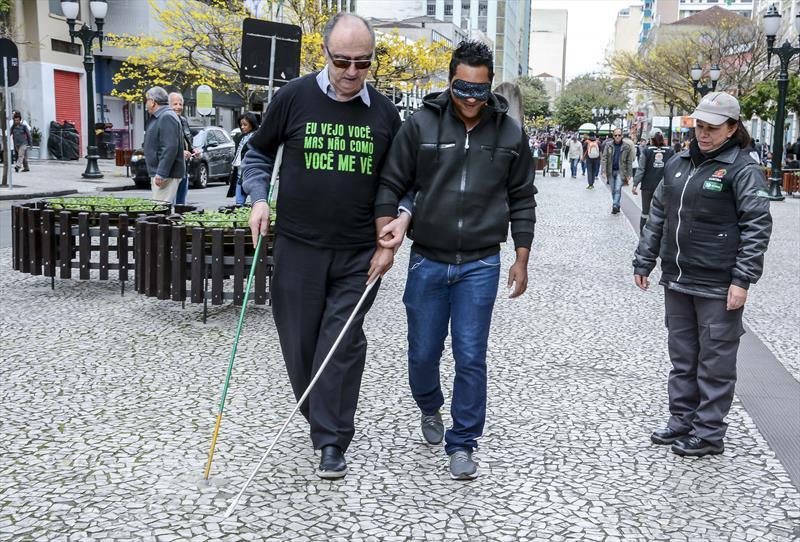 Equipes da Escola Pública de Trânsito (EPTran) fazem orientação para pedestres sobre como auxiliar pessoas com deficiência na Boca Maldita. Na imagem, Jean Mycykoswki. Curitiba, 24/09/2019. Foto: Levy Ferreira/SMCS