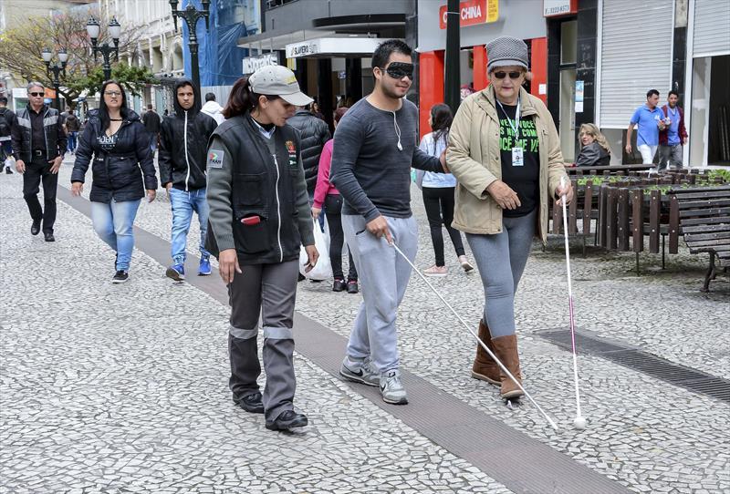 Equipes da Escola Pública de Trânsito (EPTran) fazem orientação para pedestres sobre como auxiliar pessoas com deficiência na Boca Maldita. Na imagem, Jadson Braz Ferreira. Curitiba, 24/09/2019. Foto: Levy Ferreira/SMCS