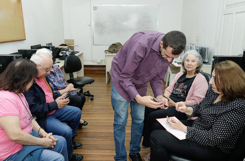 Prefeitura de Curitiba promove Oficina de Smartphone para idosos. Curitiba 04/10/2019. Foto:Ricardo Marajó/FAS