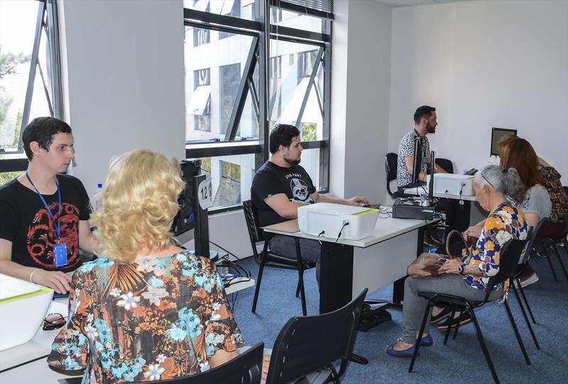 O Instituto de Previdência dos Servidores do Município de Curitiba (IPMC) convoca 1.086 aposentados e pensionistas para o recadastramento obrigatório. Foto: Levy Ferreira/SMCS