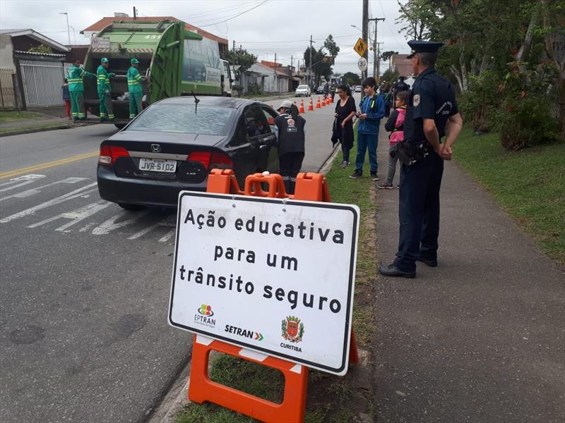 Guarda Municipal Mirim orienta motoristas no trânsito. Foto: Divulgação