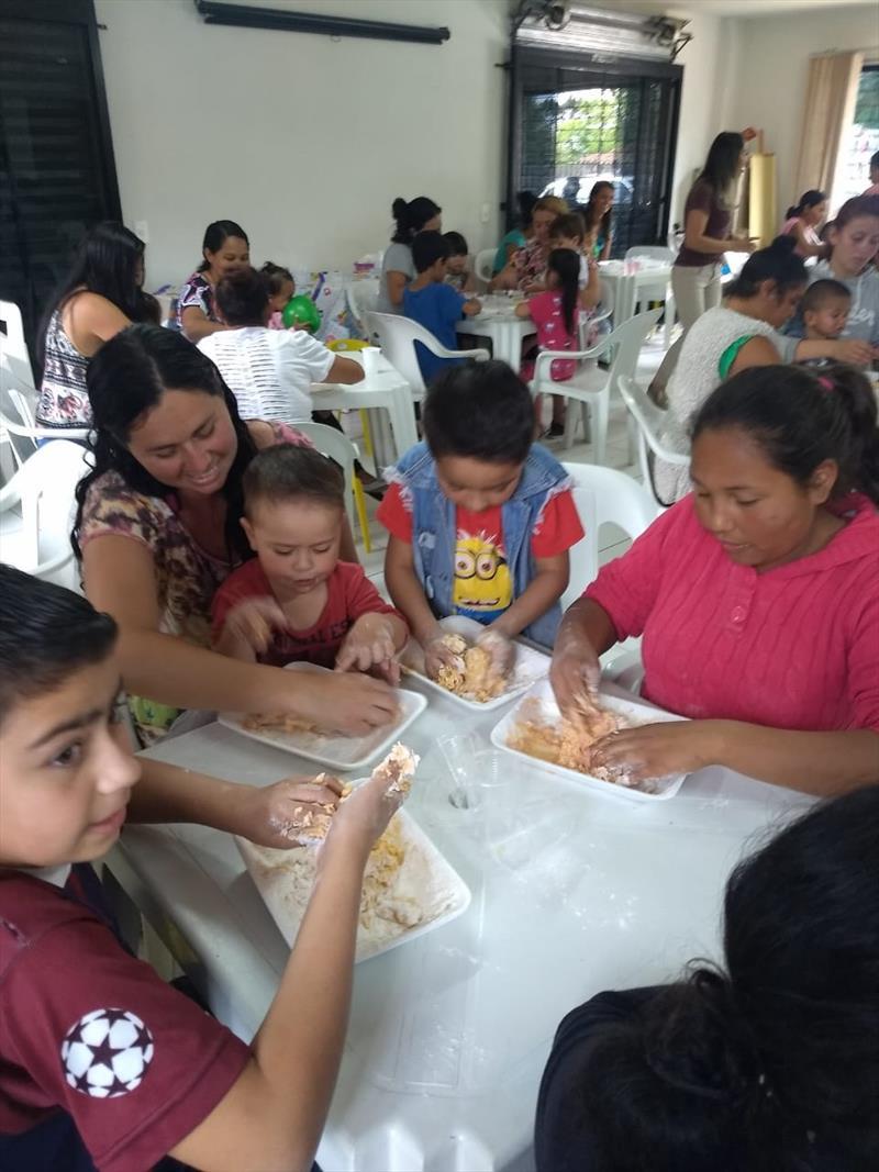 Crianças assistidas pelo Centro de Referência de Assistência Social (Cras) Caximba, na Regional Tatuquara, participaram com seus familiares, de uma festa em comemoração ao Dia da Criança. Foto: Divulgação