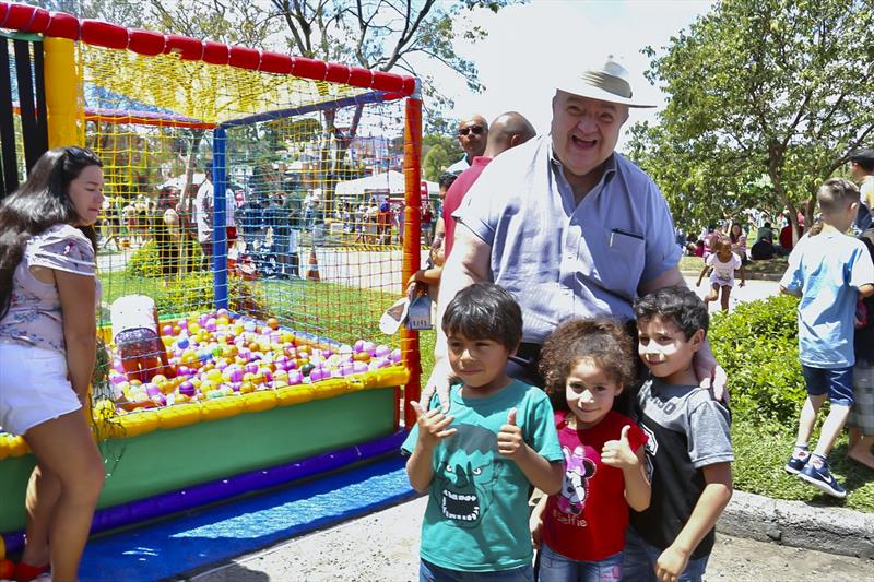 Festa da Criançada leva 25 mil pessoas ao Barigui neste sábado. Na imagem, prefeito Rafael Greca com crianças. Curitiba, 12/10/2019. Foto: Luiz Costa/SMCS