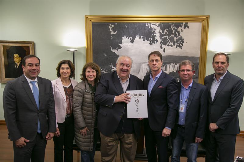 Prefeito Rafael Greca recebe o diretor-presidente da Sanepar, Claudio Stabile no Palácio 29 de Março - Curitiba, 15/10/2019 - Foto: Daniel Castellano / SMCS