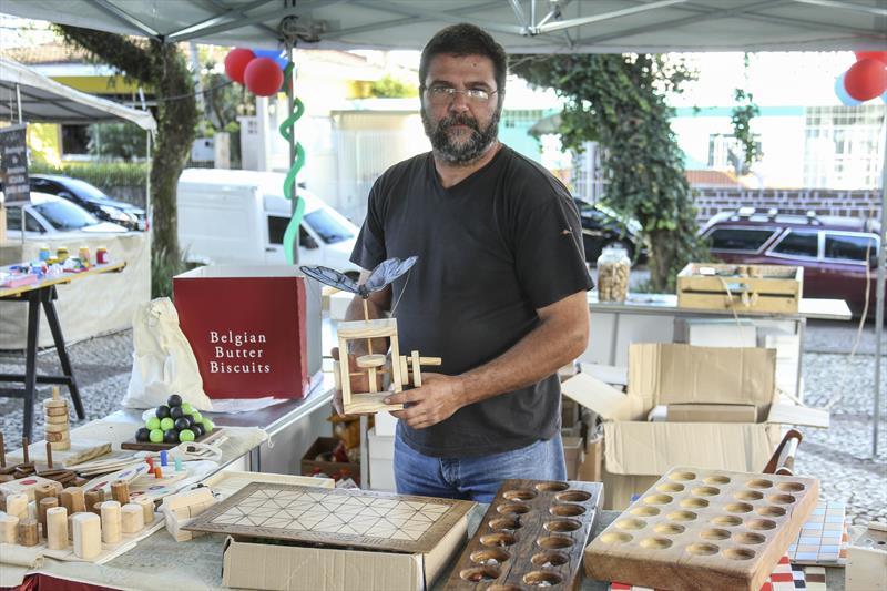 Feira de artesanato da praça Ucrânia no champagnat. - Na imagem, Silvio Luiz Maroni com seus jogos de madeira. Curitiba,09/10/2019. Foto: Luiz Costa /SMCS.