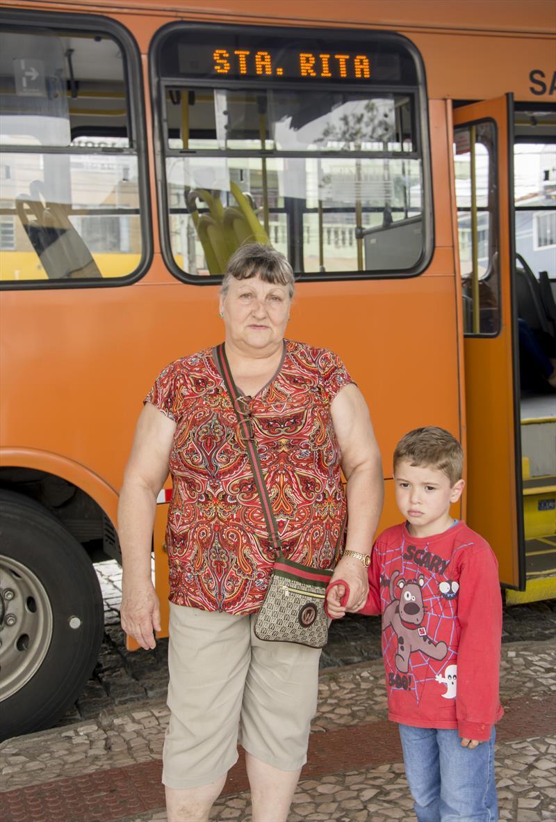 Nova linha Vizinhança/Santa Rita no terminal CIC.   - Na imagem, A aposentada Angelina Guisleri.  Curitiba, 17/10/2019. Foto: Levy Ferreira/SMCS