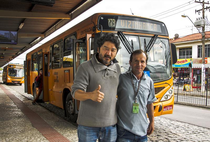 Nova linha Vizinhança/Santa Rita no terminal CIC.   - Na imagem, O administrador da Regional CIC, Raphael Keiji com motorista de ônibus.  Curitiba, 17/10/2019. Foto: Levy Ferreira/SMCS
