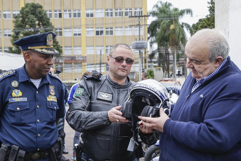 Prefeito Rafael Greca entrega novos capacetes para a Guarda Municipal, com o comandante da Guarda, inspetor Celso. Curitiba, 21/10/2019. Foto: Pedro Ribas/SMCS