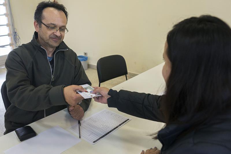 Entrega do cartão-transporte da Urbs para servidores de curitiba.- Na imagem, o servidor Jeferson Vinicios. Curitiba, 21/10/2019. Foto: Valdecir Galor/SMCS.