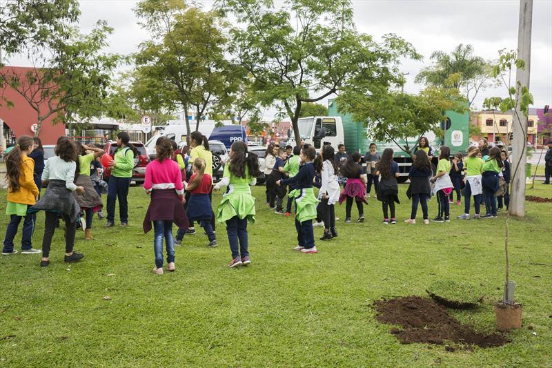 Plantio de árvores na praça do Carmo. Reg. Boqueirão. Curitiba, 22/10/2019. Foto: Valdecir Galor/SMCS