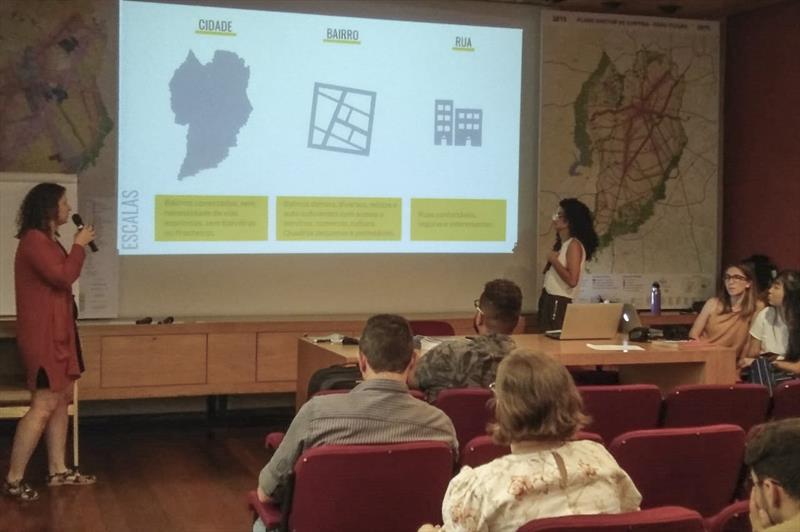 Na tarde desta terça-feira (29/10), os representantes da SampaPé apresentaram ao grupo informações dos princípios que fazem parte do índice de Caminhabilidade. Foto: Divulgação/IPPUC