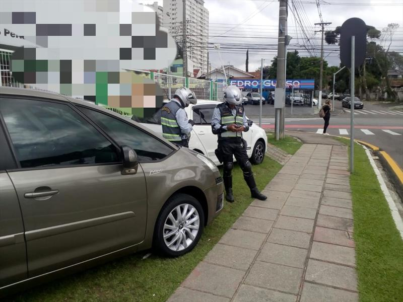 Revendedoras são autuadas por veículos estacionados em calçadas. Curitiba, 01/11/2019. Foto: Divulgação