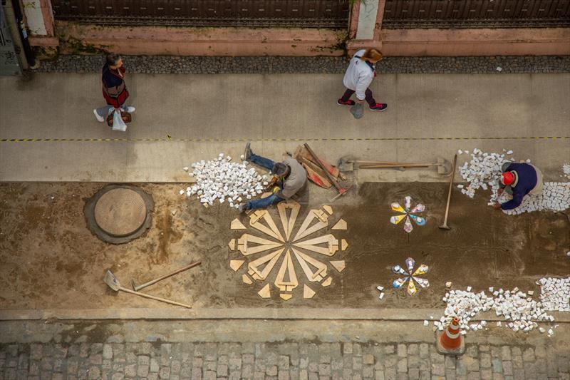 A arte de fazer calçadas. Calceteiros assentam, uma a uma, as pedras em Petit Pavet nas obras da Rua Voluntarios da Patria no Centro de Curitiba - Curitiba, 25/09/2019 - Foto: Daniel Castellano / SMCS