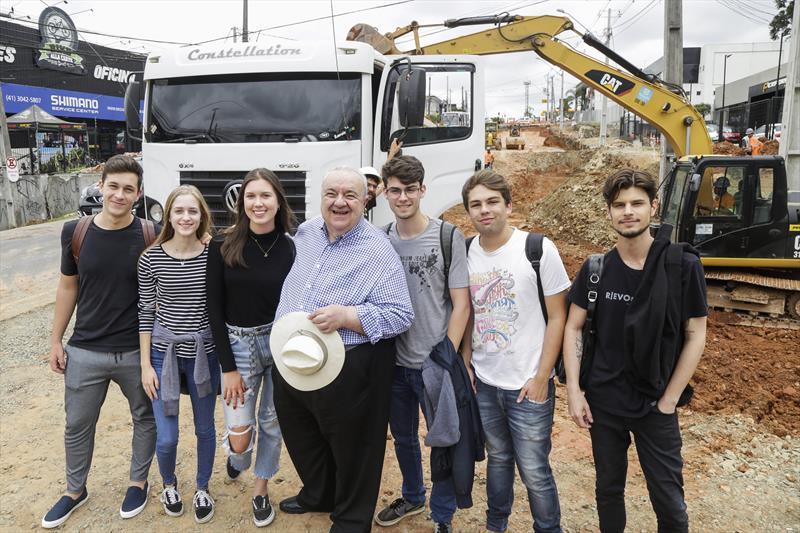 Prefeito Rafael Greca visitoria as obras da trincheira da Rua General Mário Tourinho. Curitiba, 08/11/2019. Foto: Pedro Ribas/SMCS