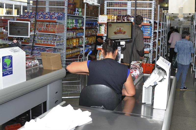 Cartões de crédito facilitam as compras nos Armazéns da Família. Foto: Levy Ferreira/SMCS