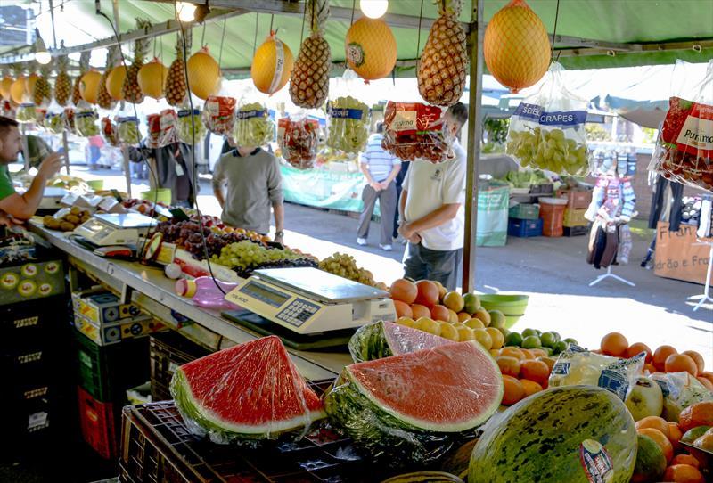 Pesquisa aponta o perfil de quem compra em feiras curitibanas. Foto: Levy Ferreira/SMCS