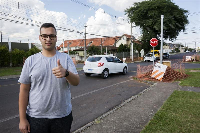 Implantação de novo conjunto de semáforos no cruzamento da Rua Paulo Setúbal com Rua Hipólito da Costa. Na imagem, Thiago Marques. Curitiba, 21/11/2019. Foto: Valdecir Galor/SMCS