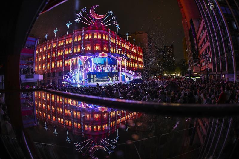 Linha Especial vai percorrer principais pontos do Natal de Curitiba.  - Na imagem, Palácio Avenida. Foto: Daniel Castellano/SMCS