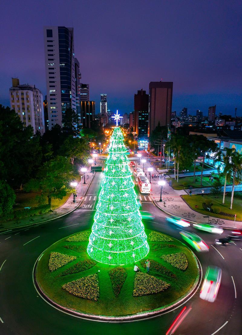 Linha Especial vai percorrer principais pontos do Natal de Curitiba. - Na imagem Árvore de Natal no Centro Civico - Curitiba, 21/11/2019 - Foto: Daniel Castellano / SMCS