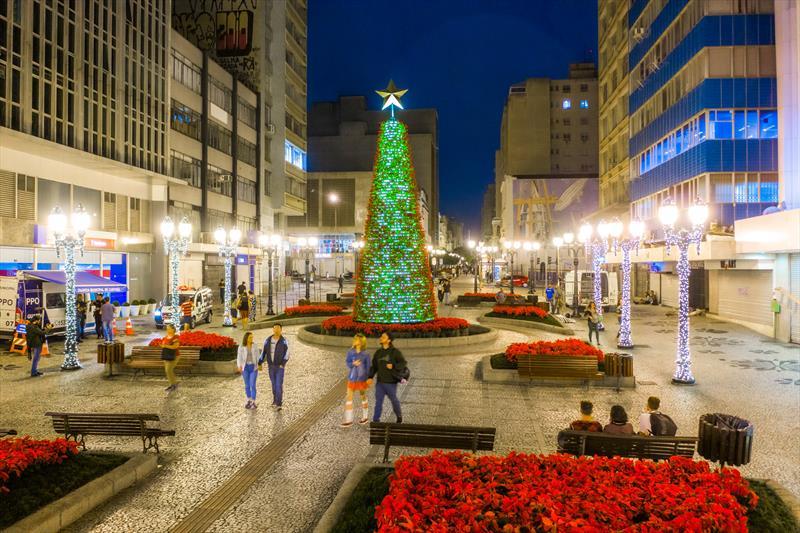 Linha Especial vai percorrer principais pontos do Natal de Curitiba.   - Na imagem, Árvore de Natal da Rua XV de Novembro.  Curitiba, 21/11/2019 - Foto: Daniel Castellano / SMCS
