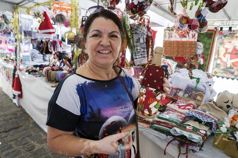 Feira de Artesanato na Rua da Cidadania Boa Vista.   - Na imagem, Maria Odete Armstrong. Curitiba, 29/11/2019. Foto: Valdecir Galor/SMCS