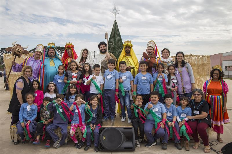 Crianças de escolas municipais assistem apresentação do auto O Sentido do Natal, na Rua da Cidadania do Tatuquara. Curitiba, 03/12/2019. Foto: Pedro Ribas/SMCS