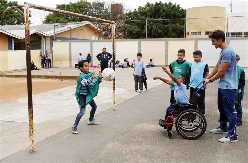 Professor inclui aluno cadeirante em jogo e vídeo viraliza.  Foto: Lucilia Guimarães/SMCS