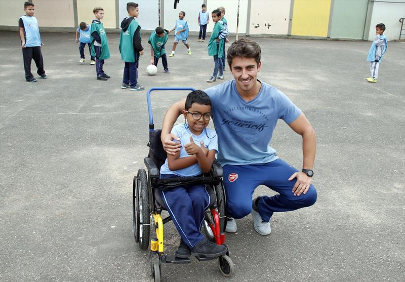 Professor inclui aluno cadeirante em jogo e vídeo viraliza. Na imagem professor Rogério Veiga e o aluno Rikelmy Trevisan. Foto: Lucilia Guimarães/SMCS