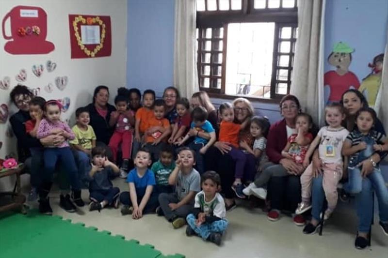 Crianças do CMEI Escritor Elias José, no Alto Boqueirão, recebem chá no cardápio. Foto: Divulgação