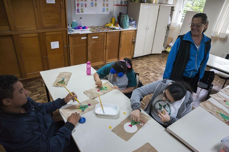 Alunos da Escola Municipal Especial Ali Bark  produzem presentes antesanais como opção para o Natal. Curitiba, 06/12/2019 Foto: Valdecir Galor/SMCS