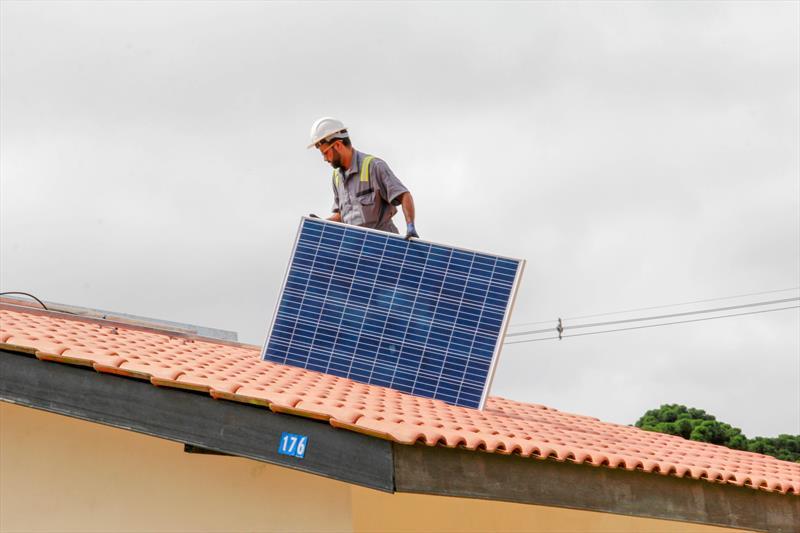 O Conjunto Moradias Faxinal, no bairro Santa Cândida, é o primeiro conjunto da Cohab Curitiba a receber kits de energia solar fotovoltaica. Foto: Rafael Silva