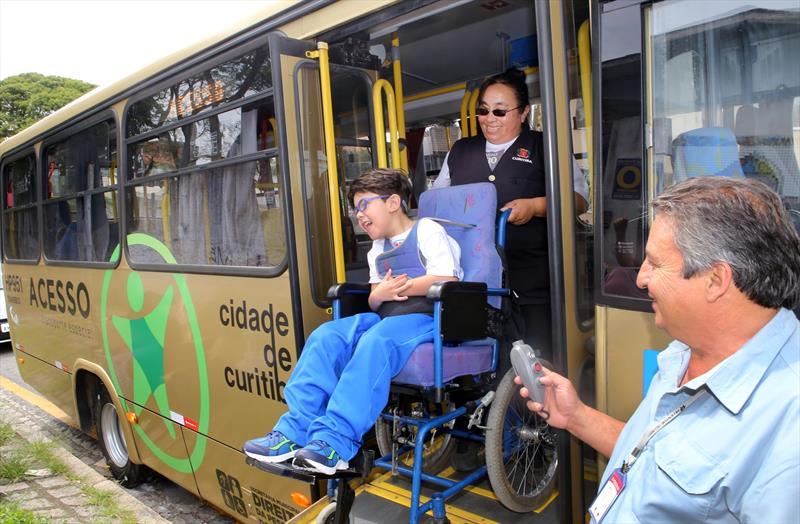 - Na imagem, ônibus Acesso. o motorista Carlos Aparecido dos Santos e a assistente Valdete Helena Lima Chagas, no transporte do menino Arthur. Foto: Cesar Brustolin/SMCS