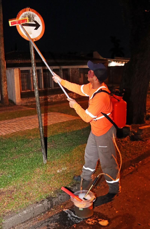 Limpeza de placas de trânsito na rua Getúlio Vargas. Curitiba, 09/01/2019. Foto: Lucilia Guimarães/SMCS