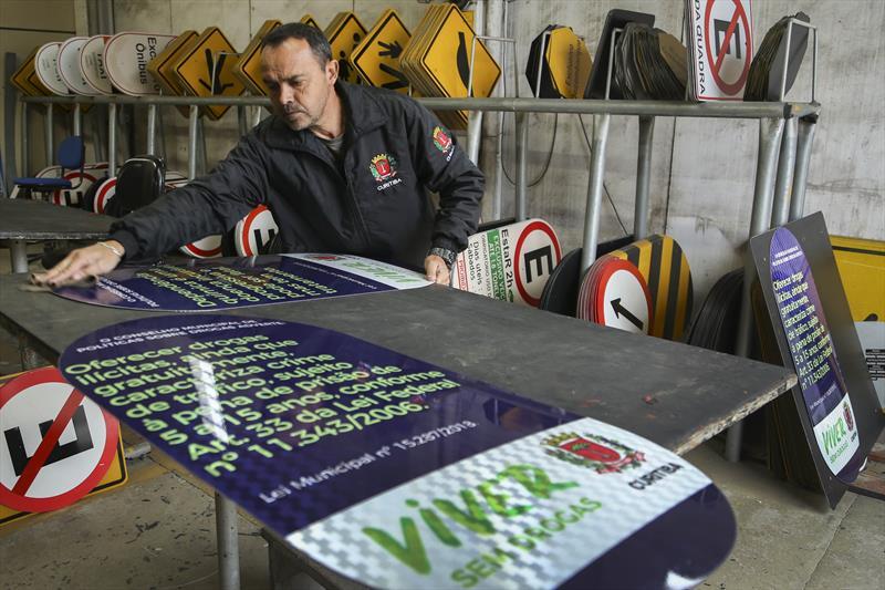 Fábrica de placas da Prefetura. Curitiba. 26/06/2019. Foto: Luiz Costa/SMCS