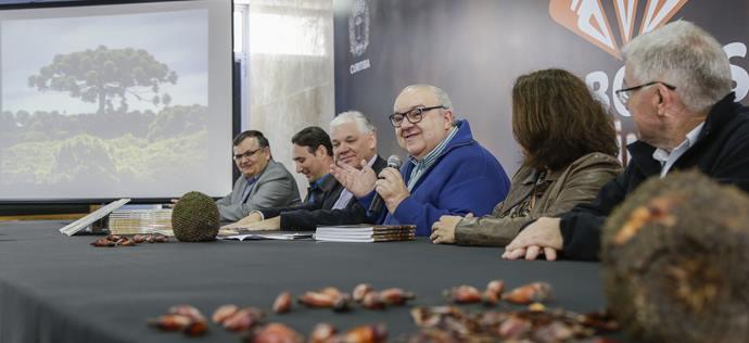 Prefeito Rafael Greca, abre ao lado do secretário do Abastecimento, Luis Dâmaso Guzzi, o Seminário Araucária Preservação e Cadeia Produtiva. Curitiba, 24/06/2019. Foto: Pedro Ribas/SMCS