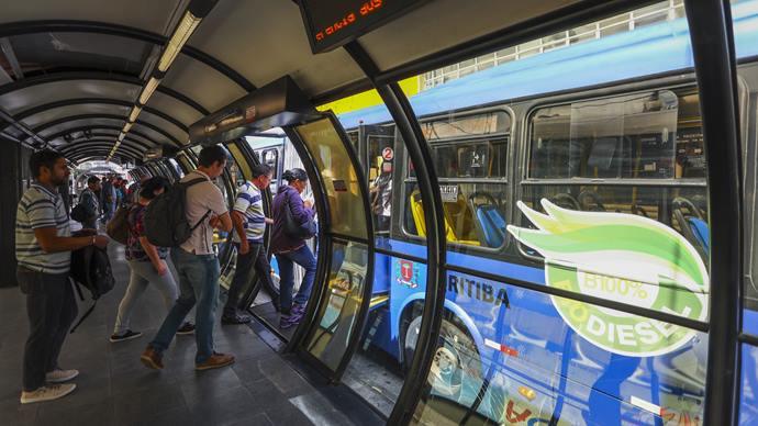 Os usuários do sistema de transporte coletivo de Curitiba já podem comprar seus créditos por meio de aplicativos digitais. Foto: Daniel Castellano / SMCS