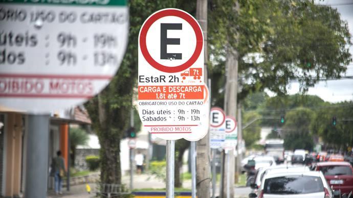 Estacionar acima do tempo permitido em vagas do Estacionamento Regulamentado (EstaR), em vagas de idosos, de deficientes ou de carga e descarga podem render transtornos para o motorista que desrespeitar a sinalização de trânsito. Foto: Gabreil Rosa/SMCS (arquivo)