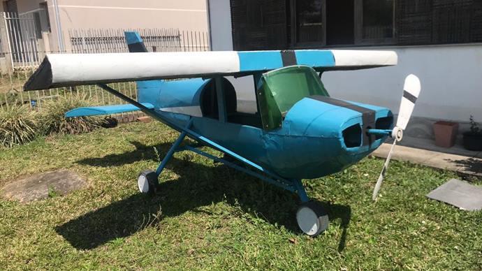 Um protótipo de avião está sendo construído pelo artesão de brinquedos Nélio Ferreira de Souza, que mora em Agudos do Sul. Foto: Divulgação