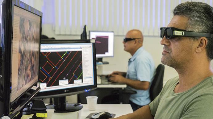 Técnicos em cartografia utilizam ôculos especiais para visualização em 3 D. Curitiba, 01/11/2019. Foto: Valdecir Galor/SMCS