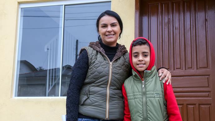 Entrega das unidades do Moradias Creta, bairro Tatuquara. Na imagem, Enice e seu filho Matheus. Foto: Rafael Silva