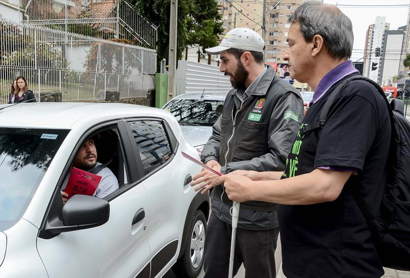 Agentes orientam sobre inclusão de pessoas com deficiência visual no trânsito. Curitiba, 13/09/2019. Foto: Levy Ferreira/SMCS
