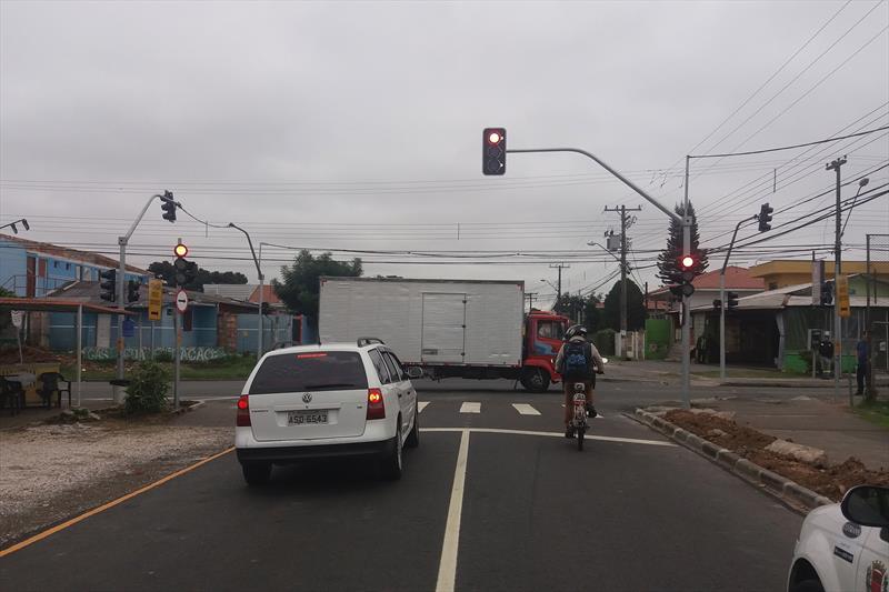 Semáforo no cruzamento das ruas Niterói e Luiz França, no Cajuru, com agentes de trânsito orientando os motoristas no local. Foto: Divulgação