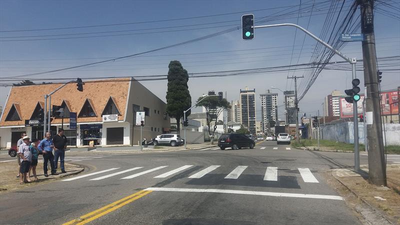 O semáforo no cruzamento das ruas Leopoldo Belzack e Antônio Olívio Rodrigues, no Capão da Imbuia, foi ligado e a vizinhança notou o trânsito mais organizado na região.  Foto: Divulgação