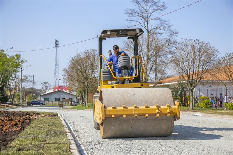 Prefeitura asfalta ruas de saibro no Cajuru, Guabirotuba e Capão da Imbuia. - Foto: Daniel Castellano / SMCS