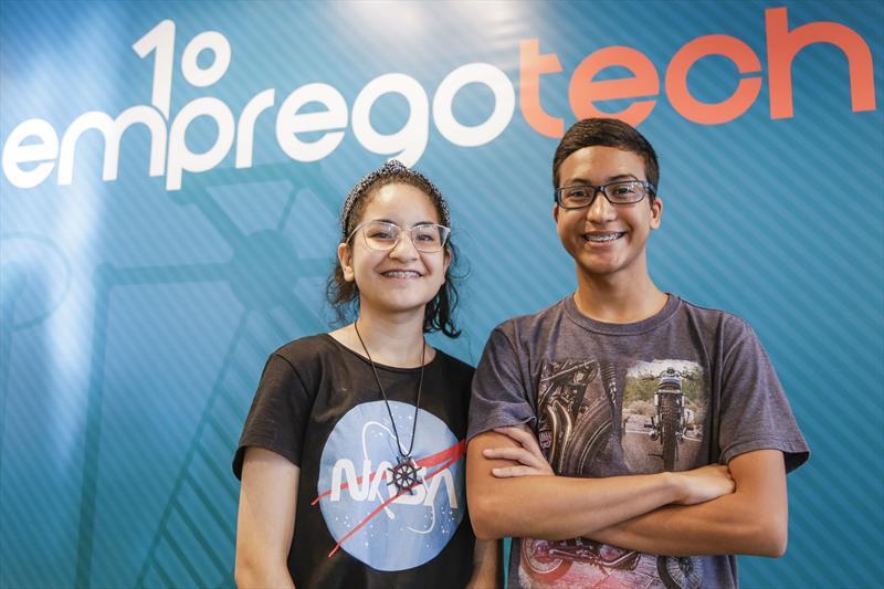 Os estudantes Gabriel Sales, 16 anos, e Emily Goes, 16 anos vão participar da primeira turma do 1º Empregotech. Curitiba, 15/01/2019. Foto: Pedro Ribas/SMCS