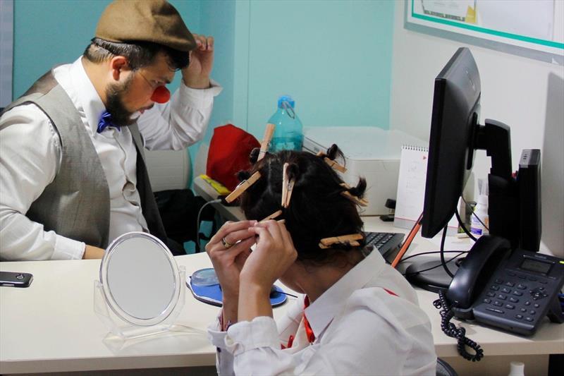 Para celebrar o Dia do Riso, palhaços voluntários visitam hospital resgatam memória afetiva de pacientes. Foto: Guilherme Wille/Feas