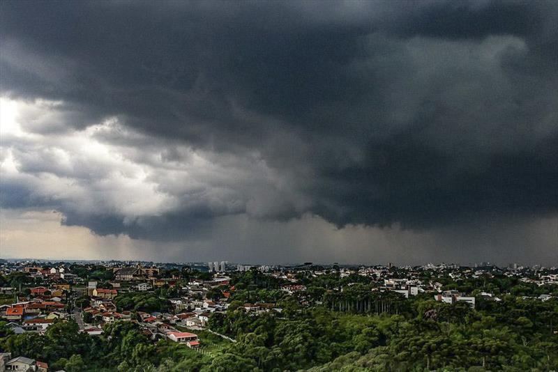 Curitiba continua em estado de alerta por causa das chuvas. Foto: Daniel Castellano/SMCS