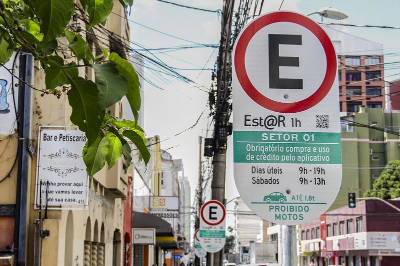 Implantação de placas de EstaR Eletrônico. Local: Rua Tibagi - Centro. Curitiba 12/02/2020. Foto: Hully Paiva/SMCS