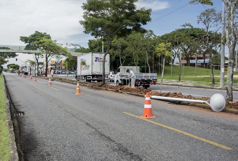 Trabalho repõe cabos furtados na Avenida Marechal Floriano Peixoto. Curitiba, 19/02/2020. Foto: Levy Ferreira/SMCS