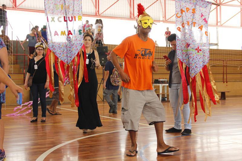 Carnaval InterCaps de pacientes, funcionários e familiares dos Centros de Atenção Psicossocial (Caps) de Curitiba, na Praça Oswaldo Cruz. Foto: Divulgação